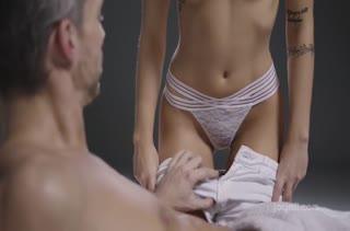 Горячий секс с фигуристой чиксой на кушетке 2786